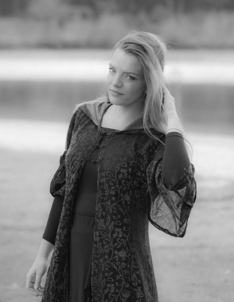 Model Nanna in Black and White